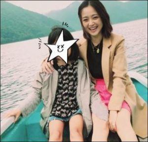 ボートに乗る安達祐実と長女の凛ちゃん